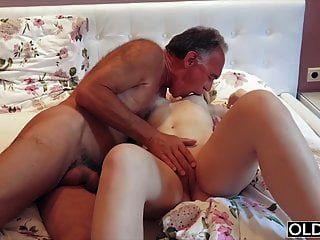 nympho saugt opa schwanz und hat sex mit ihm in ihrem bett