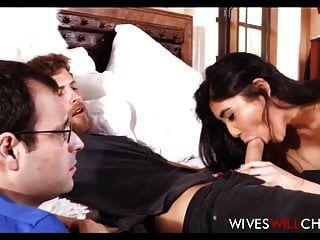 zierliche asiatische Frau große Titten fickt Kerl vor Ehemann
