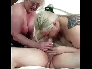 zwei alte Frauen, die mit Penis des alten Großvaters spielen
