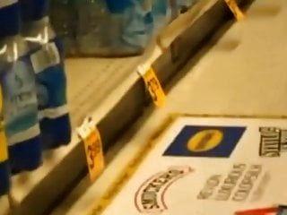 Frau fickt Gurke im Supermarkt