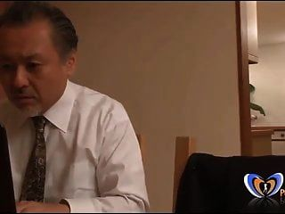 japanische milf bekommt einen orgasmus vor ihrem mann