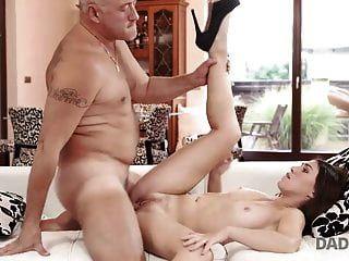 Daddy4k. kluges Teen verführt alten Kerl, um alle ihre ...