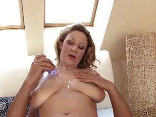Milf Schlampe mit großen Titten verwendet diesen harten Schwanz