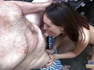 Opa fickt junge Muschi so eng und nass fertig für Sperma