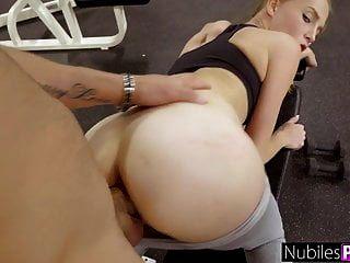 süße Nymphomanin bettelt im Fitnessstudio um Schwanz! gym selfie s16: e10