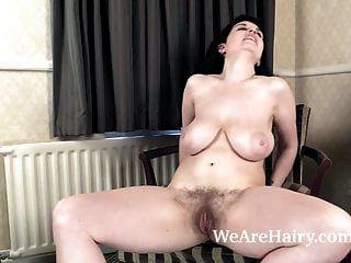 suzie zieht einen sexy striptease für alle an