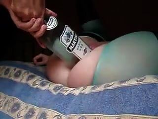 heiße Frau ließ Ehemann eine große Flasche und Faust in ihre Muschi stecken