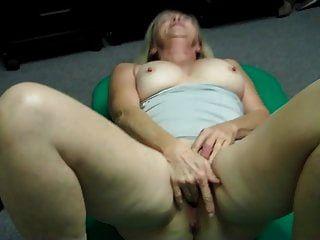 Oma masturbiert und flippt dann beim Pornocasting aus