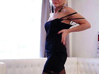 heiße blonde reife Dame Sylvie spielt mit sich selbst