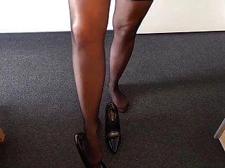 Alysha zieht sich in Latex-Outfit, Strümpfen und High Heels aus