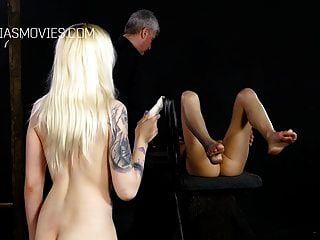 Sklavinnen peitschen sich gegenseitig die Fotzen
